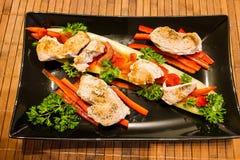 Komkommerboot met kippenfilet en paprika royalty-vrije stock foto
