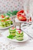 Komkommerbroodjes met Feta, Kruiden, Capsicum en Zwarte Oliv worden gevuld die royalty-vrije stock foto's