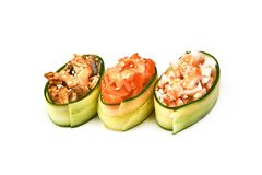 Komkommerbroodjes met ham en roomkaas op witte achtergrond stock fotografie