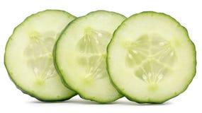 Komkommerplakken op de witte achtergrond worden geïsoleerd die Stock Afbeelding