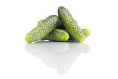 Komkommers die over witte achtergrond worden geïsoleerd Stock Foto's