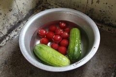 Komkommers en kleine tomaten Royalty-vrije Stock Foto