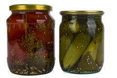 Komkommers en tomaten in een kruik Royalty-vrije Stock Fotografie