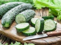 Komkommers en zijn plakken Stock Afbeeldingen