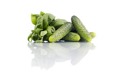 Komkommers met spinazie op wit wordt geïsoleerd dat Stock Foto