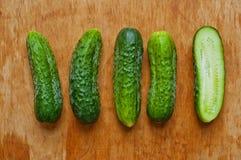 Komkommers op de lijst Stock Afbeelding