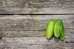 Komkommers op de oude houten lijst Stock Fotografie