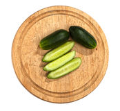 Komkommers op houten scherpe raad Royalty-vrije Stock Afbeelding