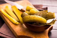 Komkommers op scherpe raad Stock Afbeelding