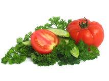 Komkommers, tomaten en greens Royalty-vrije Stock Afbeeldingen