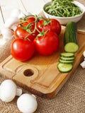 Komkommers, tomaten, paddestoelen en arugula Stock Foto