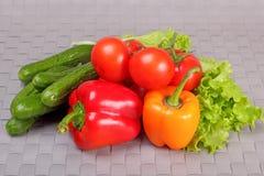 Komkommers, tomaten, paprika en slabladeren stock afbeelding