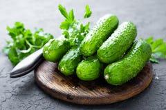 komkommers Verse komkommers op houten raad Stock Fotografie