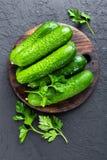 komkommers Verse komkommers op houten raad Royalty-vrije Stock Afbeelding