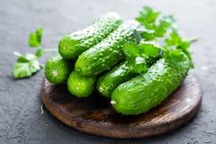 komkommers Verse komkommers op houten raad Royalty-vrije Stock Foto
