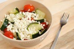 Komkommerstomaat en Feta-Salade stock afbeeldingen