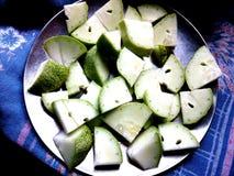 Komkommerstukken in een plat Royalty-vrije Stock Afbeeldingen