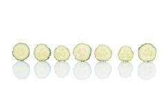 Komkommerstukken op witte achtergrond worden geschikt die Royalty-vrije Stock Foto's