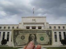Komma med en dollarräkning till Federal Reserve Royaltyfria Foton