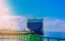 Komma med ett fartyg upp tillsammans med en hamnplats Royaltyfria Foton