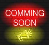 Komma snart vektor för neontecken med megafonen royaltyfri illustrationer