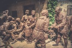 Kommandanten und Soldaten der roten Armee haben ein herzliches Gespräch mit dem Leutekupferskulptur-c$jinggangshan Museum stockfotos