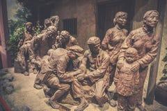 Kommandanten und Soldaten der roten Armee haben ein herzliches Gespräch mit dem Leutekupferskulptur-c$jinggangshan Museum stockbild