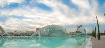 Kommande aftonmöte på L ` som är halvklotformig i Valencia, stad av konster och vetenskaper royaltyfria bilder