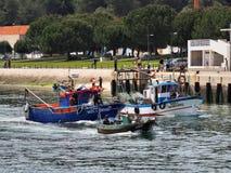 Kommande fiskfartyg att marknadsföra arkivbild