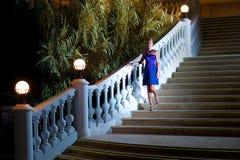 Kommande kvinna downstairs royaltyfria bilder
