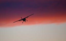 kommande landning för flygplan Royaltyfria Bilder