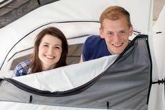 Kommande lyckliga par ut tältet Arkivbild