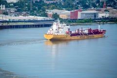 Kommande pråm kusten i New Orleans Fotografering för Bildbyråer