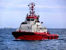 Kommande röd bogserbåt royaltyfri foto
