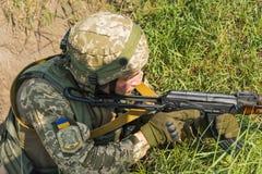 Kommando bereit, vom AK -74 an simuliertem feindlichem positi abzufeuern stockbilder