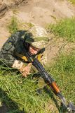 Kommando bereit, vom AK -74 an simuliertem feindlichem positi abzufeuern lizenzfreies stockfoto
