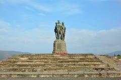 Kommando-Monument mit Blumen lizenzfreie stockfotos