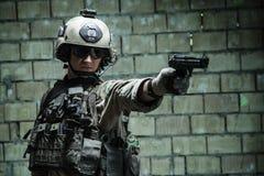 Kommandosoldat för USA-armé som siktar pistolen Arkivfoton