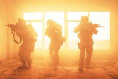 Kommandosoldater för Förenta staternaarmé i handling royaltyfri bild
