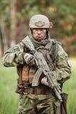 Kommandosoldater som står med armar och ser kameran Arkivbild