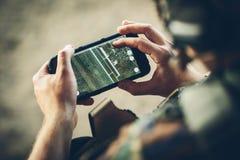 Kommandosoldater stenlägger rutten på en elektronisk minnestavla fotografering för bildbyråer