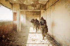 Kommandosoldater stormade byggnaden upptagen av fienden Fotografering för Bildbyråer