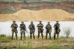 Kommandosoldater team anseende med geväret och att se kameran Arkivfoton