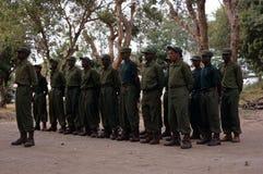 Kommandosoldater under en drillborr i den Gorongosa nationalparken Arkivbild