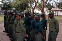 Kommandosoldater under en drillborr i den Gorongosa nationalparken Arkivfoton