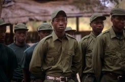 Kommandosoldater under en drillborr i den Gorongosa nationalparken Arkivbilder