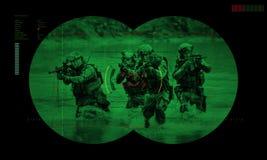 Kommandosoldatlag under räddningsaktion för gisslan för nattoperation sikt igenom Royaltyfria Bilder