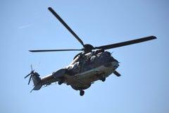 Kommandot för AS-532 AL Cougar hälsar åhörare Arkivfoto