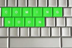 Kommen bald buchstabiert auf einer metallischen Tastatur vektor abbildung