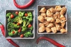 Kommen broccoli en kippen be*wegen-gebraden gerecht stock fotografie